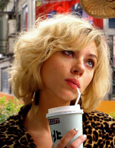 Avec son nouveau blockbuster, Luc Besson a séduit les Américains. http://www.elle.fr/Loisirs/Cinema/News/Scarlett-Johansson-et-Luc-Besson-affolent-le-box-office-US-avec-Lucy-2738190