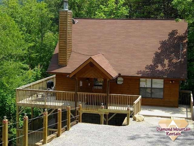 """One of the best 2BR/2BA available located just a few minutes from Ober Gatlinburg and 5 minutes from the #Gatlinburg """"strip"""". Complimented with 2 king master bedroom suites each with large whirlpool tubs perfect for a #couples #getaway. Tastefully decorated and lots of wood provides a cozy living area with corner stone gas fireplace, sleeper sofa and fully equipped kitchen. Charter TV in each bedroom and living room including Hot Tub on back deck. #Smoky #Mountains #vacation"""