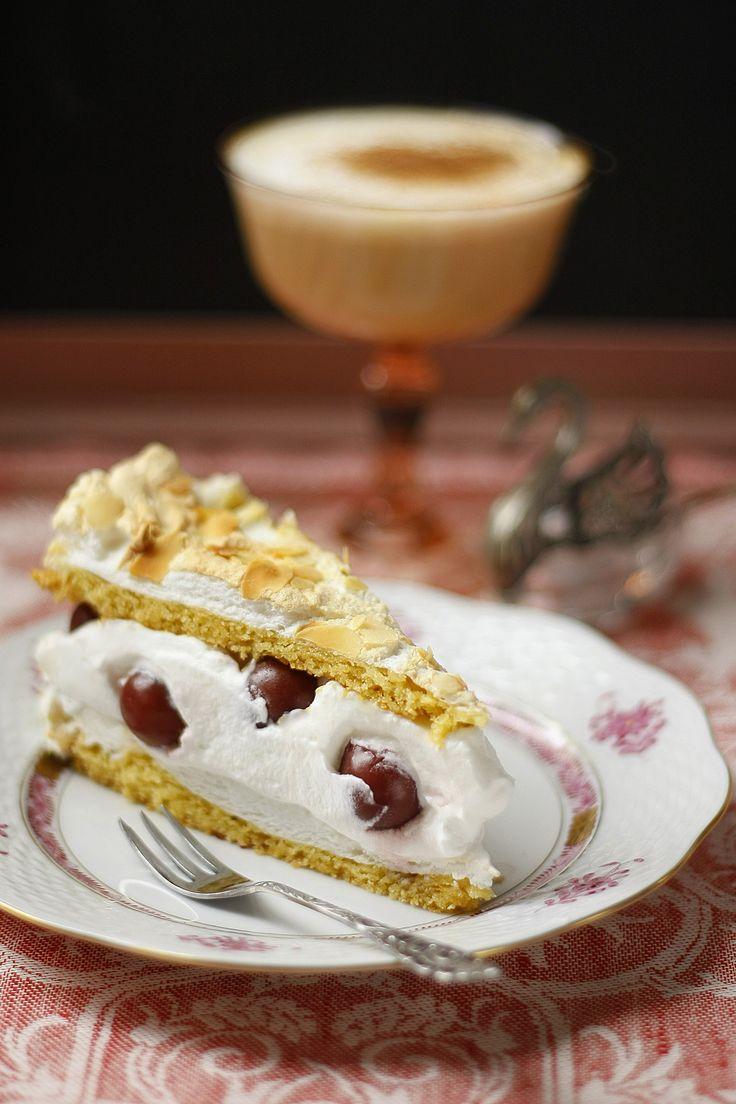 Himmelreich Márti barátnőm Bajorországból hozta magával ezt a receptet Petra konyhájából. Ez a sütemény maga a könnyedség: két réteg sült hab pirított mandulával, közte friss tejszín sok meggyel.  Ezt a tortát a könnyed desszertek kedvelőinek ajánlom.  Budapest Neked Cake