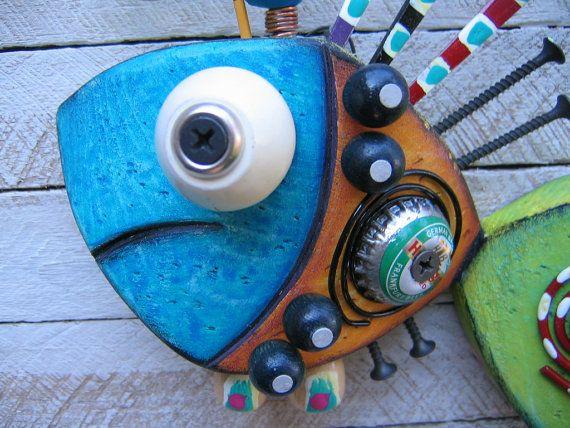 Ce poisson a été découpé et modelé sur ma scie à ruban d'un bloc de récupération de 2 x 4 de construction. J'ai sculpté, poncé, légèrement en détresse, puis appliqué plusieurs couches de peinture acrylique lavages au bois. Divers objets trouvés ont été attachés pour amener cette créature marine colorée à la vie! Dans l'ensemble, dimensions sont, 7 1/2 X 6 1/2 de haut X 2 1/2 de profond. C'est un original, un d'une pièce d'art unique! Signé, daté et prêt à accrocher sur vot...