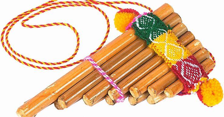 Cómo tocar la zampoña . La zampoña, o flauta de pan, como se la llama también a este instrumento, es un instrumento de viento de Sudamérica. Hay varios tipos de flautas de pan, pero la zampoña es distintiva por su limitada variedad de tubos. Comúnmente, la zampoña tiene diez tubos, que están en dos hileras de cinco. El instrumento crea una sonido único y con un toque a ...