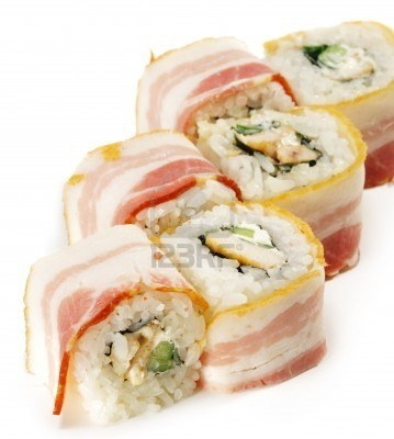 Japanse keuken - Sushi met kip en komkommer verpakt in Bacon Stockfoto