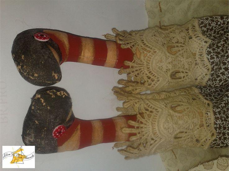 Sapatos com pintura primitiva.