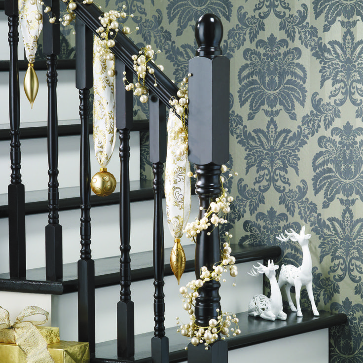 don 39 t forget to decorate your banisters they are also entitled to the spark of the holiday. Black Bedroom Furniture Sets. Home Design Ideas