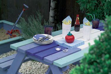 Repeindre une table de jardin en bois et son banc avec la peinture pour bois extérieur Protect' Bois Astral avec 4 couleurs de bleu