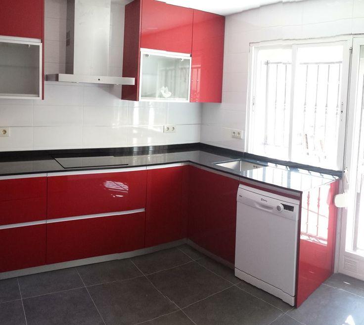 cocina decoractiva color burdeos y encimera en granito