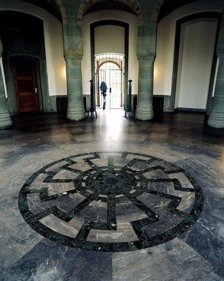 """Das Ornament der """"Schwarzen Sonne"""" wurde in der Wewelsburg von der SS angebracht."""