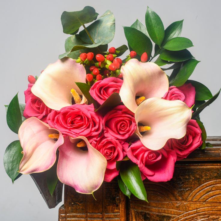 Buchet mixt de 8 trandafiri roz si 5 cale roz