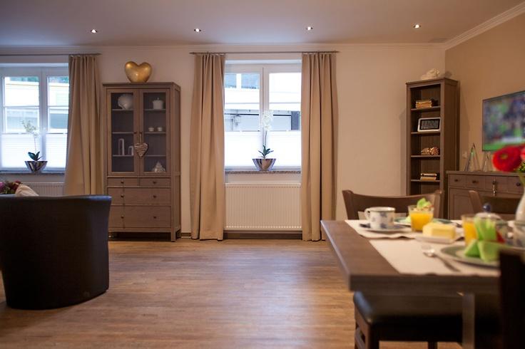 Platz für die ganze Familie! Entspannen Sie im Wohnbereich mit Esszimmer und offener Küche.