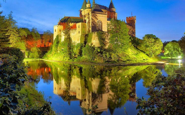 El castillo de BOJNICE, es uno de los castillos más bellos y más antiguos de ESLOVAQUIA. Se recuerda al castillo en escritos desde el año 1113. Originalmente era de madera, y fué construido en el lugar de una construcción aún anterior. En el siglo XIII se construyó un castillo de piedra de la familia POZNAÒ, luego fué conquistado por MATUŠ ČAK, poderoso caballero quién disputó la corona con el mismísimo rey.  http://blog.GustavoyEly.com