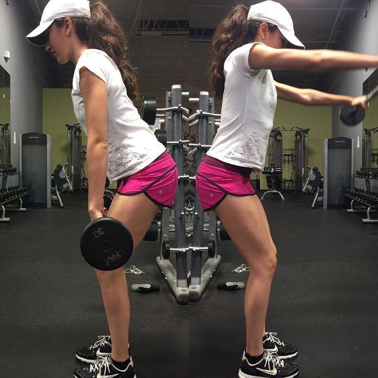 """Vuelos frontales con el EZ Curl bar para fortalecer y definir tus deltoides  #bouldershouldersplease  Front raises to work on that shoulder split! …"""