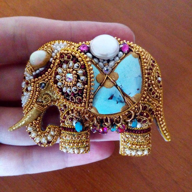 Финишная прямая. Еще чуть-чуть и талисманный слон в полной красе и действии. Ювелирная вышивка MagicSheba. #magicsheba #process #embroideryjewelry #embroidery #indianjewelry #indianelephant #elephant #индийскийстиль #индийскийслон #Индия #вышивказолотом #ювелирнаявышивка #процессработы #процессвышивки #бирюза #опал #turquoise #opal #pearls #жемчуг #бисер #брошьслон #слонброшь