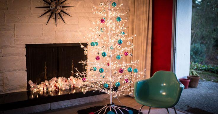 Cómo hacer una falda vintage para el árbol de Navidad . Esta falda para el árbol de Navidad es fácil de hacer, ya que no requiere costura y te permitirá añadirle un toque final a tu árbol perfectamente arreglado. Está inspirada en la decoración retro moderna de mediados de siglo y le brinda un toque funky y poco tradicional a tu hogar.