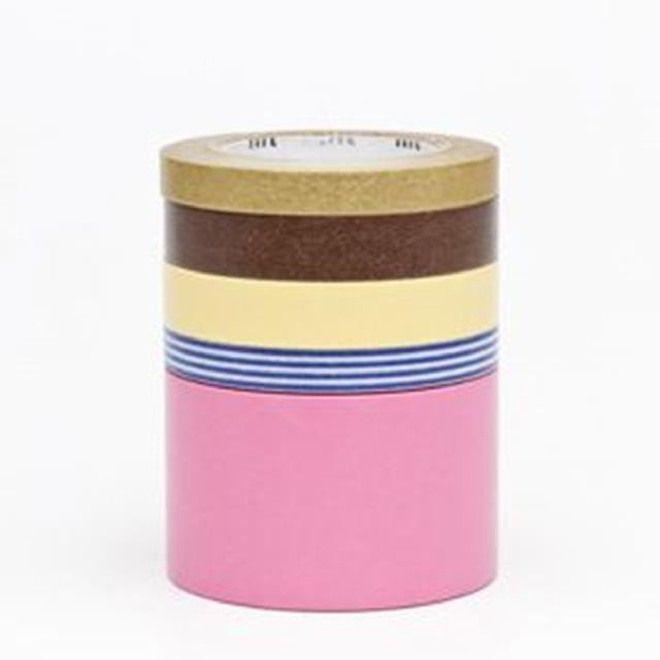 WASHI TAPE - SUITE N Marca: MT Masking Tape  Set da 5 rotoli assortiti di washi tape in carta adesiva da 10mt, in confezione regalo.  Il washi tape è un nastro di carta di riso colorata e adesiva proveniente dal Giappone. E' molto versatile e può essere usato per piccoli lavoretti, per lo scrapbooking, per oscurare finestre in maniera originale o per decorare le pareti di casa. E' semplice da usare ed è riposizionabile, e quindi la sua applicazione è decisamente alla portata di tutti.