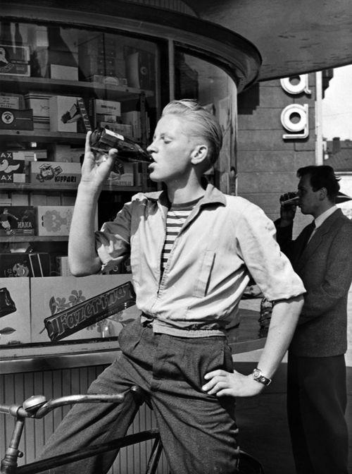 Lähettipoika limonadila Hietalahdenrannan kioskilla 1950-luvulla. Kuva: Helsingin kaupunginmuseo / Aarne Lehto.