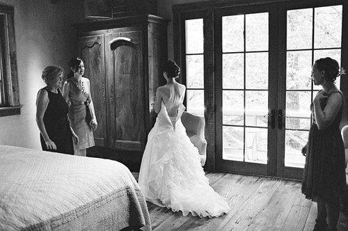 Мне завтра замуж, а ты, «как здрасьте», Как снег на голову в сентябре. Явился призраком прошлой страсти. А может, сон или пьяный бред?