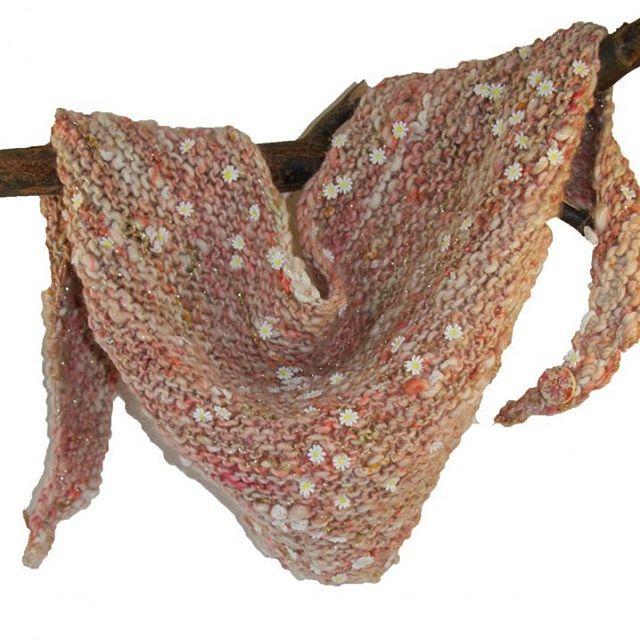 Omslagdoek van BreiZuss met madeliefjes bezaaid.  Een lieverdje!  Www.breizuss.nl  #breizuss #handgemaakt #handbreisels #handgebreid #handknitting #knitwear #handmade #knit #collage #knitcollage #handbreisels #romantisch #roze #handwerk #metdehand #madeliefje