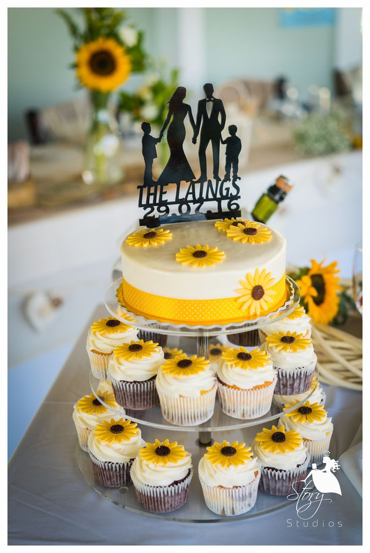 Lovely wedding cake and cupcakes!