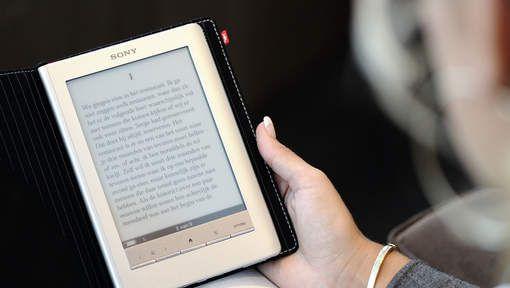 E-boeken worden steeds populairder in het Nederlands taalgebied, blijkt uit cijfers die het Centraal Boekhuis (CB) vandaag naar buiten heeft gebracht. Inmiddels is 5,2 procent van de verkochte boeken een e-book. Een jaar geleden was dit nog 4 procent.
