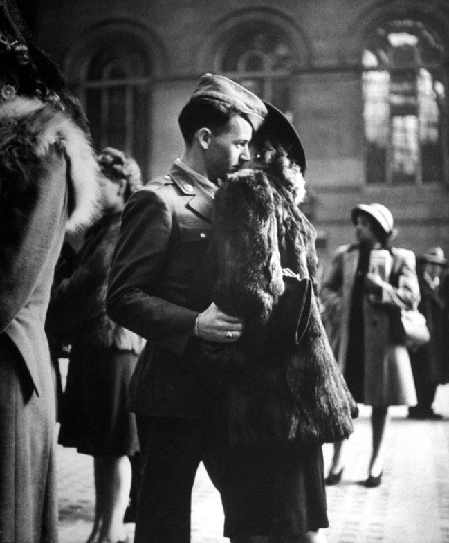 Alfred EISENSTRAEDT :: A soldier says farewell at (the old, classic) Penn Station, December 1943