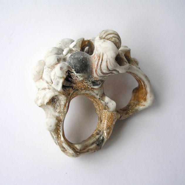 Benas Staskauskas: in cenere vulcanica, lava solidificata, resina sintetica, carbonio, osso, oro, plastica