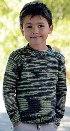 Den helt klassiske drengebluse er strikket i et garn, der af sig selv laver et flot camouflagemønster – nem måde at lave mønsterstrik på!