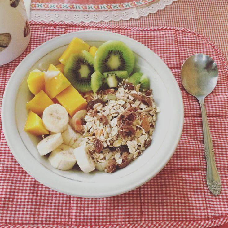 Happiness is in a bowl of healthy breakkie :) #muesli #granola #kiwifruit #banana #mango #yoghurt