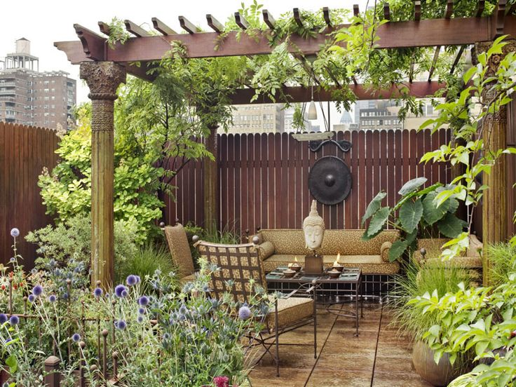 Private alcove apart from the main, lush, rooftop (penthouse) garden in Chelsea (Manhatten)