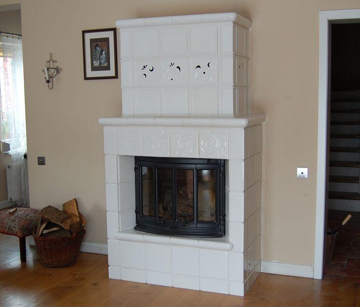 Kominek z rzeźbieniami w szkliwie białym z manufaktury Riwal. Kominki kaflowe. Piece kaflowe. Tiled fireplaces.