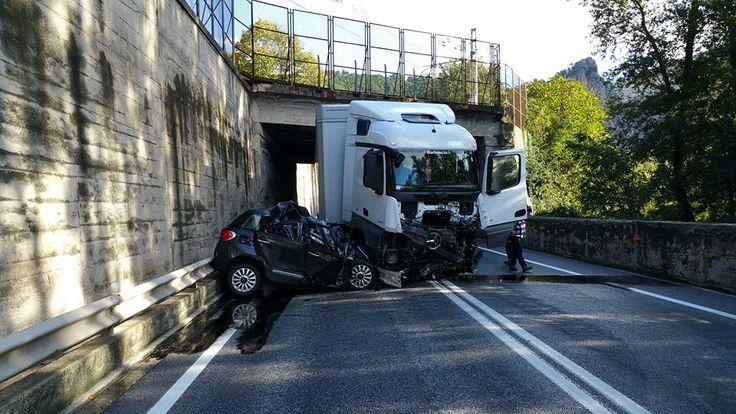 Grave incidente stradale tra Tir e auto: un morto. Statale chiusa