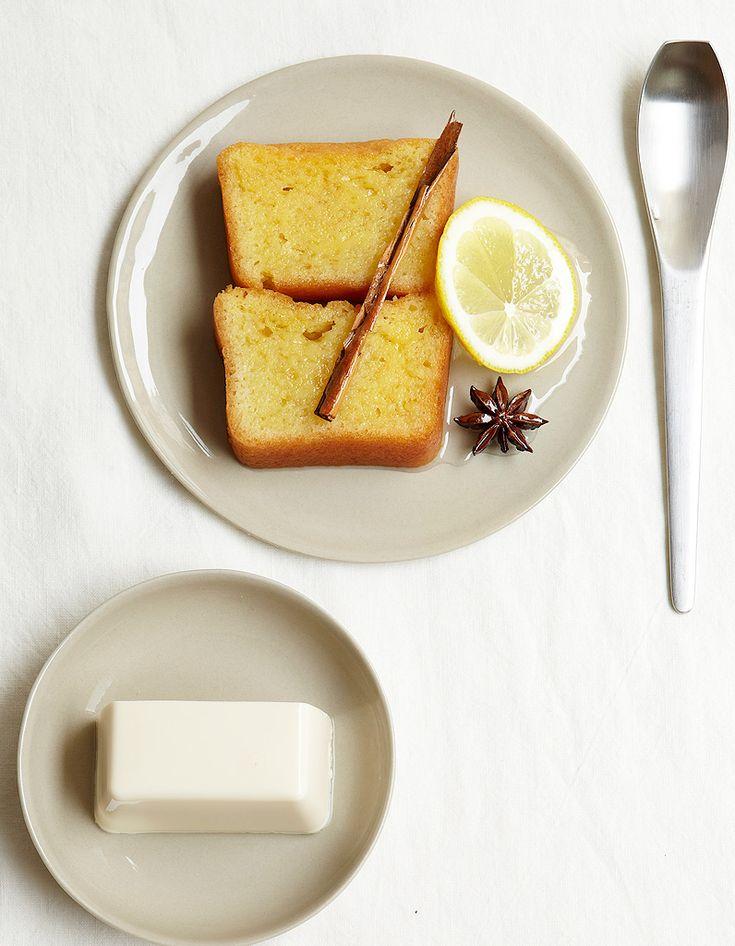 Recette Gâteau épicé au tofu soyeux : Allumez le four à 180 °C (th. 6).Préparez le biscuit : battez les œufs et le sucre jusqu'à ce que le mélange do...