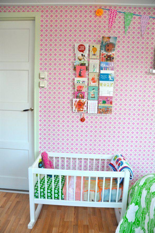 Habitación de bebé llena de color