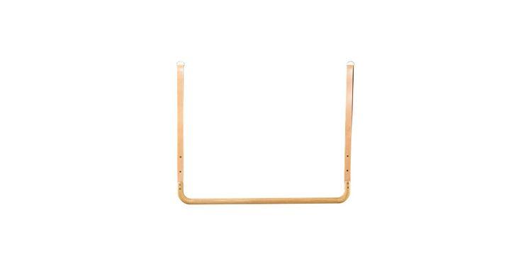 Helt enkelt og stadig så udtryksfuldt. Trapeze-tøjstangen hænger ned fra loftet og optager ikke unødvendigt plads. Kombinationen af smukt træ og læder, giver tøjstangen sig eget særlige rå udtryk.