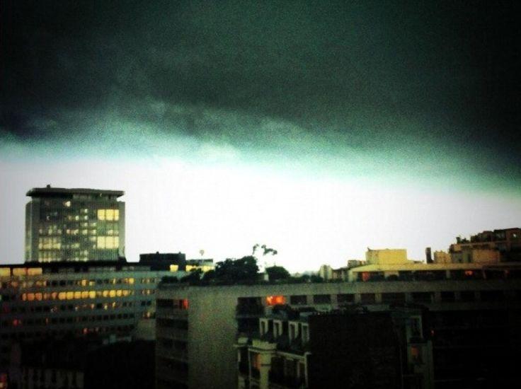 Improvvisamente la ville lumière è diventata buia: dalle 9 alle 11 si è verificato uno strano fenomeno in preparazione di un temporale con strane luci e colori che hanno fatto gridare qualcuno all'Apocalisse.