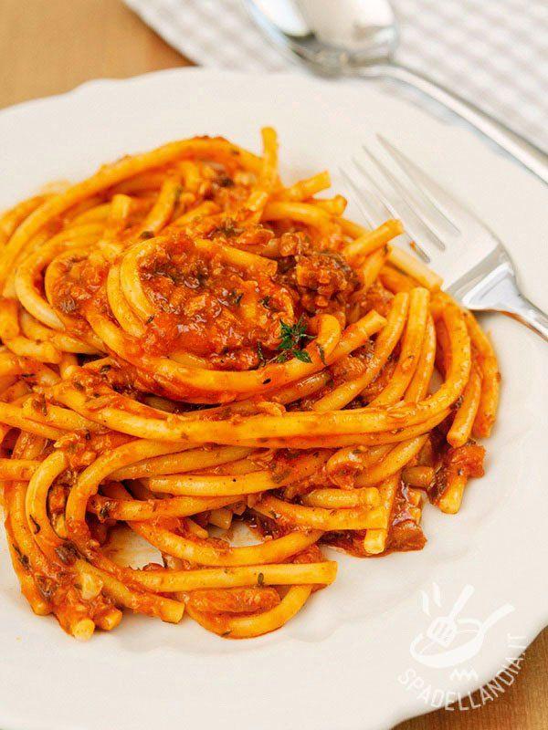 Procuratevi degli ingredienti freschi e il successo dei Bucatini al ragù di polpo è garantito! Sono davvero gustosi: non vi resta che assaggiare!