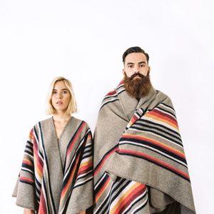 LA MÉRICAINE - Cape Apache & Blanket Apache sur le e-shop http://www.lamericaineandco.com/#!product/prd1/2732361841/apache-rayures-verticales Photos: Benjamin Jeanjean