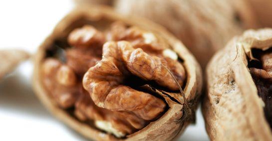 WALNOTEN - Kunnen helpen stress te bestrijden en een hoge bloeddruk in te perken - helpt slecht cholesterol te verlagen. Walnoten bevatten eiwitten, vezels, koolhydraten en een beetje zetmeel.