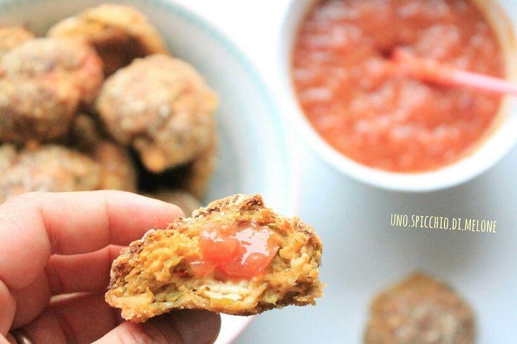 Polpette di pollo e verdure con salsa piccante di mango e cipolla! La ricetta, come sempre, sul blog!