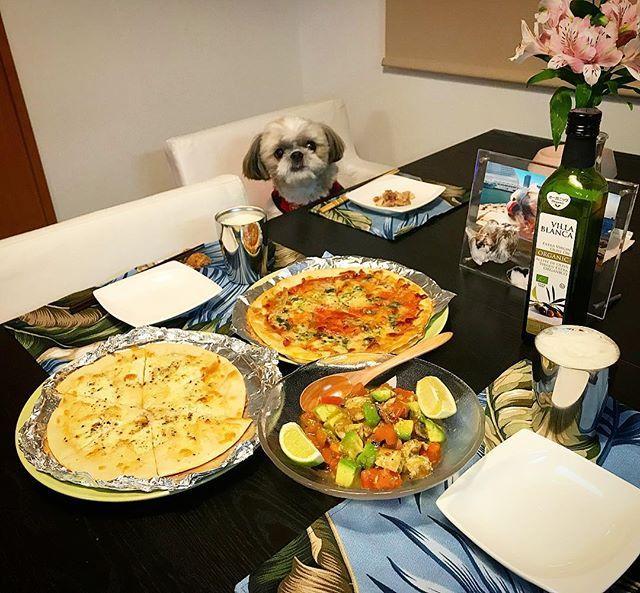 mayuge0807 : . 今夜の貴族の晩餐は、ビザじゃなくピッツァの「マルガリータ」と「4種のチーズピッツァ」と「ライム鯖のアボカドサラダ」をヤラカシたよ〜♪( ´▽`) . ではでは( ・ิω・ิ)/□☆□\( ・ิω・ิ)かんぱーい! . #貴族の晩餐 #愛犬まゆげ #シーズー #shitzu #shitzhu