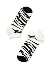 Enkelsok Funky Zebra  Wat? Vrolijke, verrassende en vinnige zwart-wit kousen met zebrapatroon voor blije voeten. Geen outfit zonder een funky sok die zorgt voor een glimlach op het gezicht. Samenstelling? 80% gekamd katoen, 17% polyamide, 3% elastaan. € 7,75-