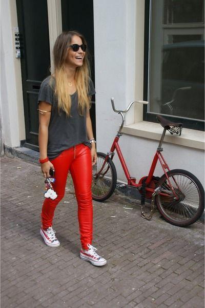 Rocker divertido com t-shirt básica + legging resinada colorida + all star vermelho