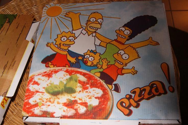Il cartone della Pizza incontra la popular culture con questa inedita variante a tema Simpson. Peccato la foto della pizza, avremmo preferito unità di stile.