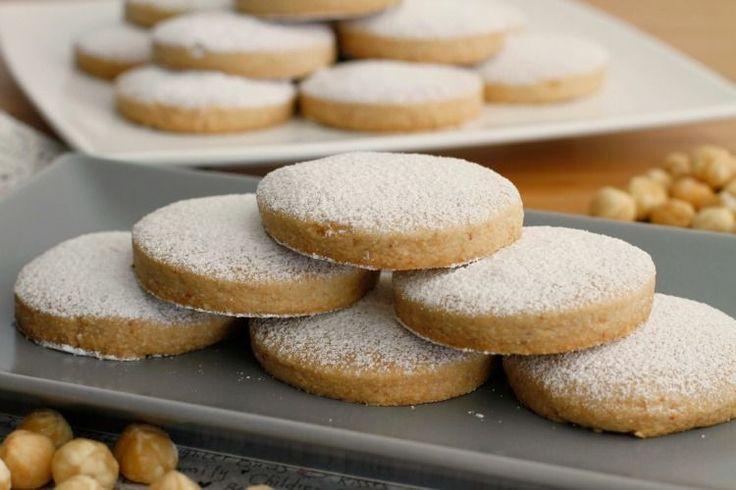 ¡Qué ricos están estos mantecados!, son uno de los dulces típicos de las Navidades y además son caseros. La verdad es que yo no era mucho de dulces navideños, recuerdo que de pequeña solo me gustaba e