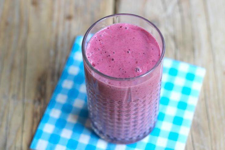We hebben een hele simpele maar o zo lekkere bosvruchten smoothie gemaakt met frambozen, aardbeien, bessen, yoghurt en melk.