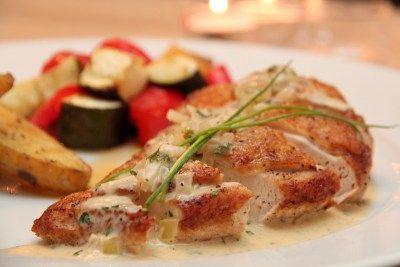 » Kyllingbryst med fløtesaus og ovnsbakte grønnsaker