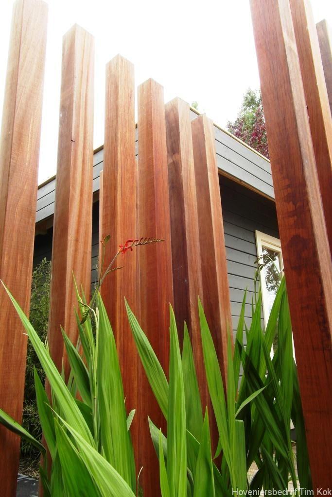 Heerlijk buitenleven, tuin te 's-Gravendeel-hard-houten-palen-op-rij-tuin-palen-border-tuinhuis-buitenverblijf-schuurtje-hovenier-rotterdam-zuid-holland-timkok-hoveniers