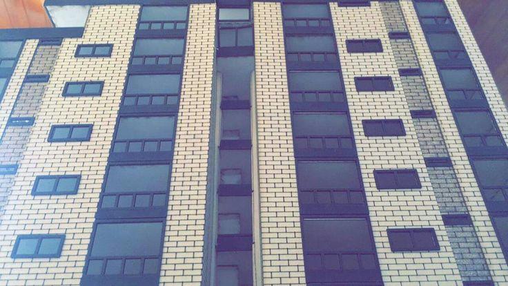 Edificio multifamiliar la ceiba. Maqueta hecha en carton paja/ detalle de ladrillo.