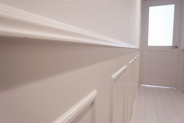 モールディングで海外のような雰囲気に 天井や腰壁ドアの周りを装飾