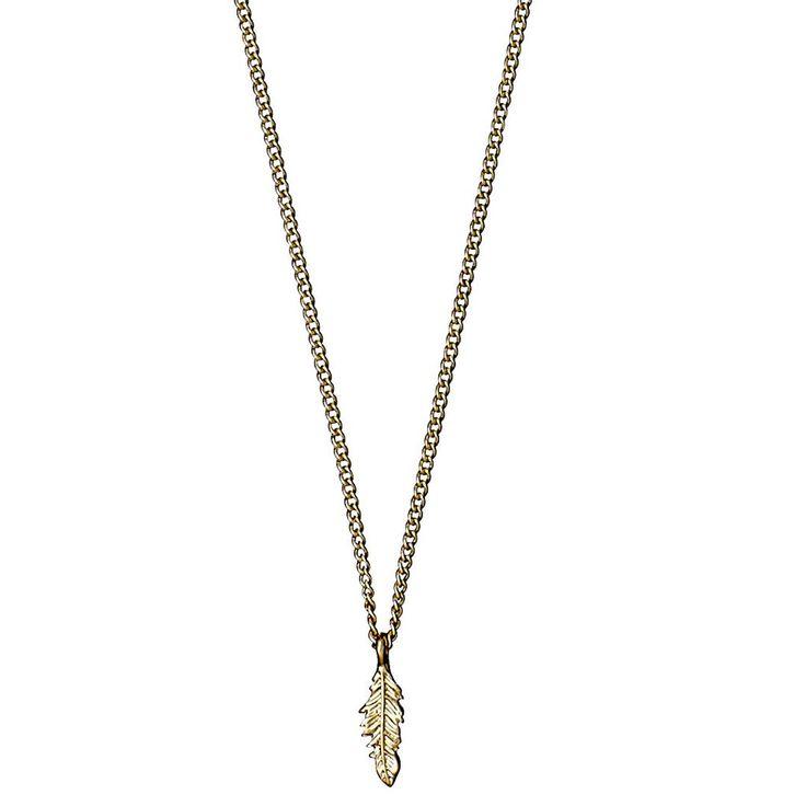 Denne guldhalskæde fra vores Kylee-linje er smuk og sart. Det lille bladformede vedhæng i guld hviler blidt på kravebenet, tiltrækker opmærksomhed på en diskret måde og klæder dig, uanset hvad du har på. Smykket udstråler både en flyvsk lethed og en stærk tradition. Halskæden er forgyldt.