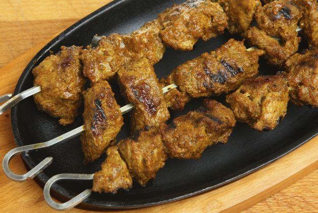 Marinada con sabores indios. Para realizar una marinada india perfecta para unas brochetas: Mezclar 3 cucharadas de aceite de oliva, 2 dientes de ajo picados, y la siguiente mezcla de especias; 1 cucharada de paprika, 1/2 cucharada de curry, 1/2 cucharada de comino y 1/2 cucharada de cilantro. Salpimentar y añadir el pollo a la marinada. Dejar un par de horas en el frigorífico. Prepara las brochetas y acompáñalas con un arroz basmati.